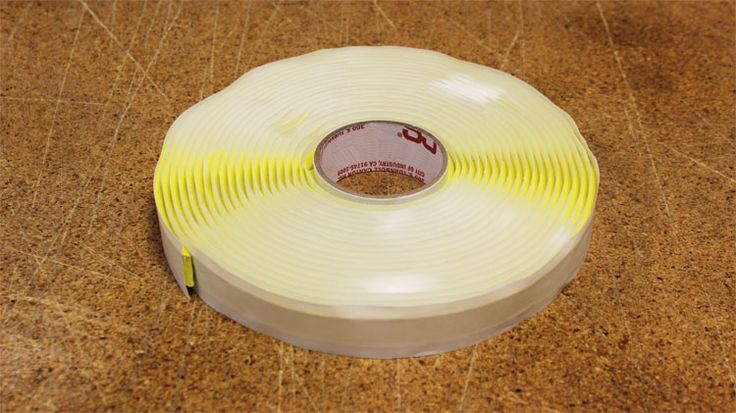 Cinta adherente de sellado tipo goma, esencial para generar un correcto sellado entre el plástico de vacío y el molde. Para mayor información, visita: www.carbonlabstore.com