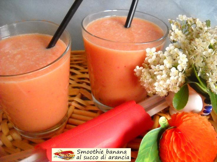 Smoothie banana al succo di arancia. Energetica bevanda da realizzare per dare una sferzata gustosa alla piatta e calma giornata.