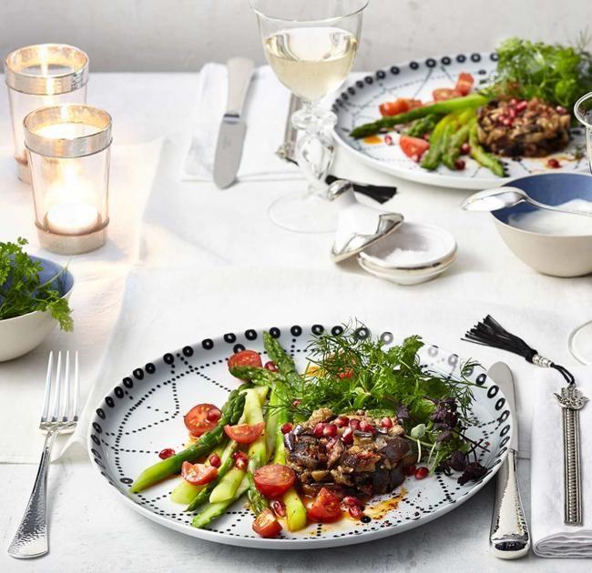 Aromastarker Salat mit Kräutern, Granatapfel, mariniertem Spargel und Ducca gewürzten Auberginen.