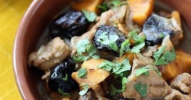 スパイスとドライフルーツの風味豊かな煮込み料理です。クスクスやライスによく合います。