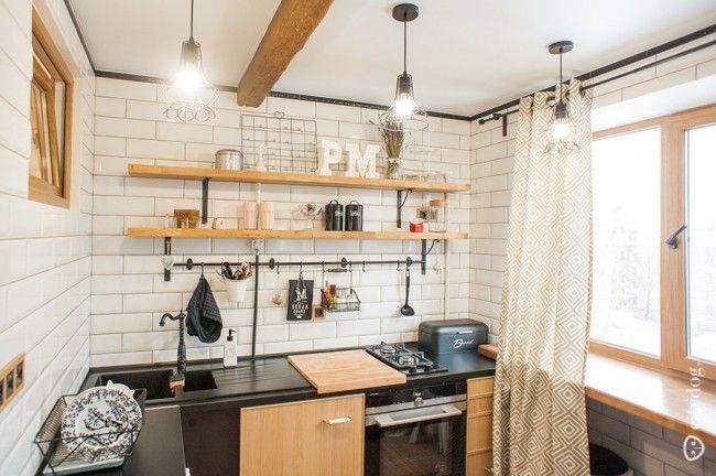 Дизайн угловой кухни в квартире-студии с элементами кантри, без верхних модулей