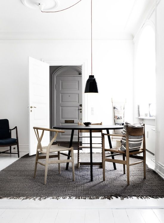 the rug turns the room in something warm...Wishbone Chairs, Dining Room, Trav'Lin Lights, Interiors, Kitchens Tables, Diningroom, Black White, Round Tables, Design