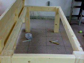 Tischplatte mit dem Unergestell verschrauben