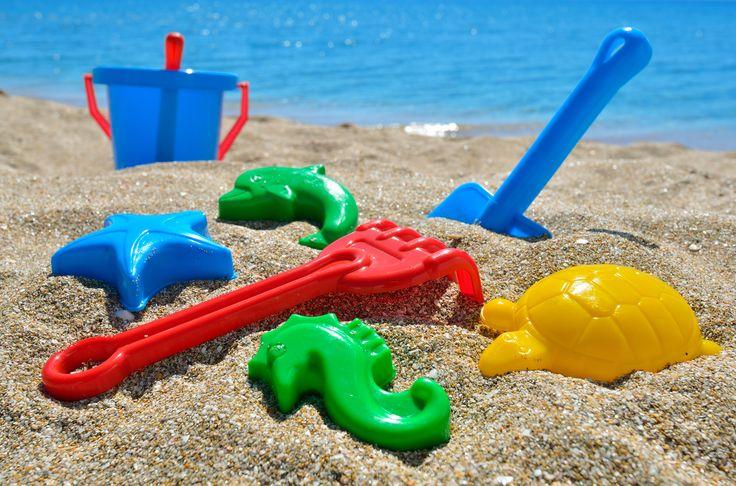 Łopatka, grabki, foremki i wiaderko to ekwipunek, którego nie może zabraknąć podczas wakacyjnego wyjazdu nad morze lub jezioro z dzieckiem. A Wy już jesteście gotowi na wyjazd?
