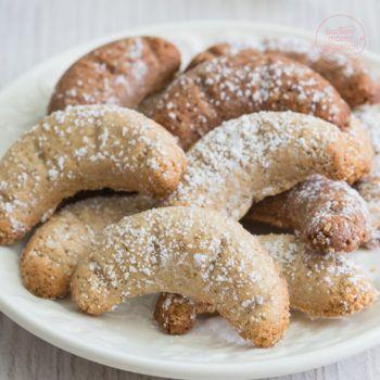Köstliche Low Carb Vanillekipferl! Wir lieben diese Variante, vor allem weil man kaum einen Unterschied zu normalen Vanillekipferln schmeckt. Und das, obwohl die Kipferl ohne Zucker und Mehl auskommen, glutenfrei sind und in der Variante sogar besonders proteinreich.