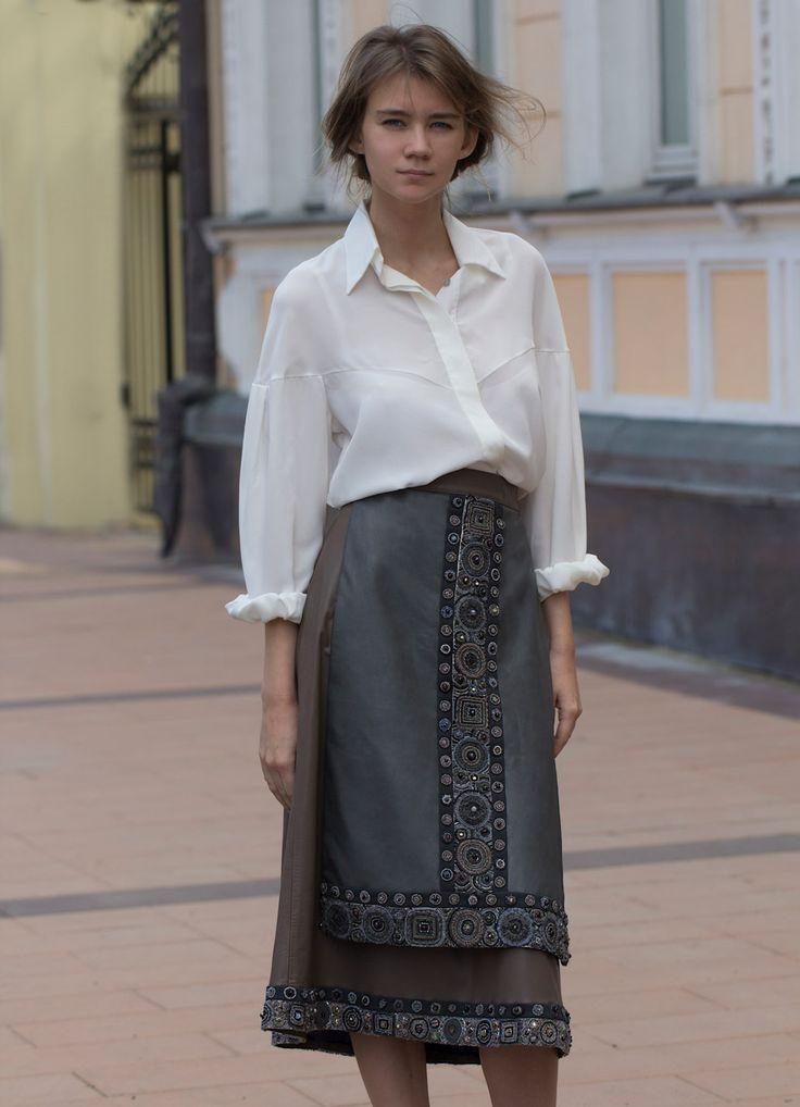 Наше одно из самых роскошных изделий - юбка из тонкой кожи с фартуком, расшитая нашей фирменной вышивкой.