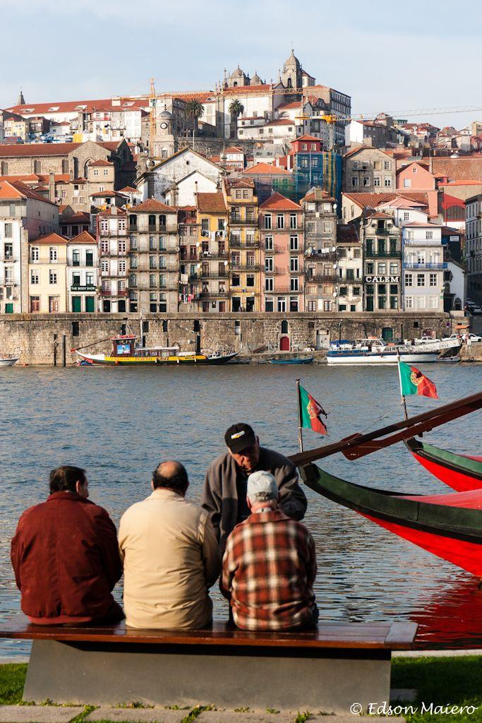 o tempo parece passar devagar para este grupo de amigos que conversa às margens do Rio Douro