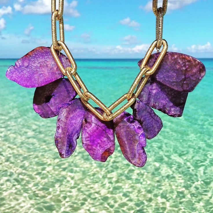 Underbart statement halsband från BECK Dutch Caribbean. En kraftig guldfärgad kedja är kombinerad med stora assymetriska naturliga stenar i lila toner.