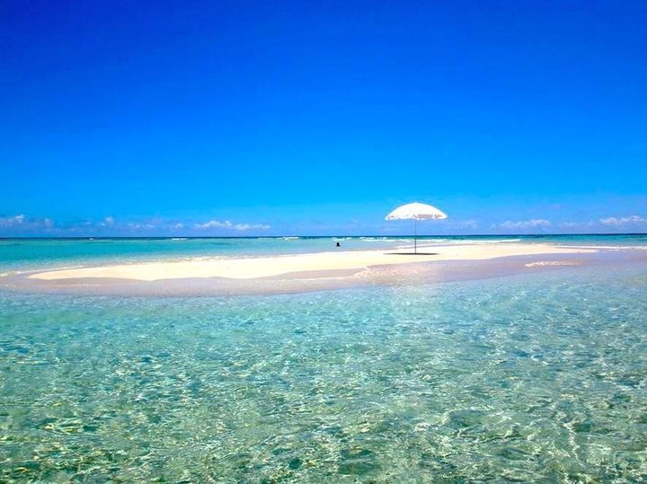 Beautiful and Peaceful Blue Beach.  Relaxing and calm Blue Colours.  ❤ 沖縄に近いけれど、鹿児島県の花の島。与論島。 島一周はたった21kmの小さな島。道にはハイビスカスが咲き、澄んだ空気、透き通る海、青い空。 癒しの島与論島。ゆっくりした時間が流れる鹿児島与論島の魅力をまとめました。