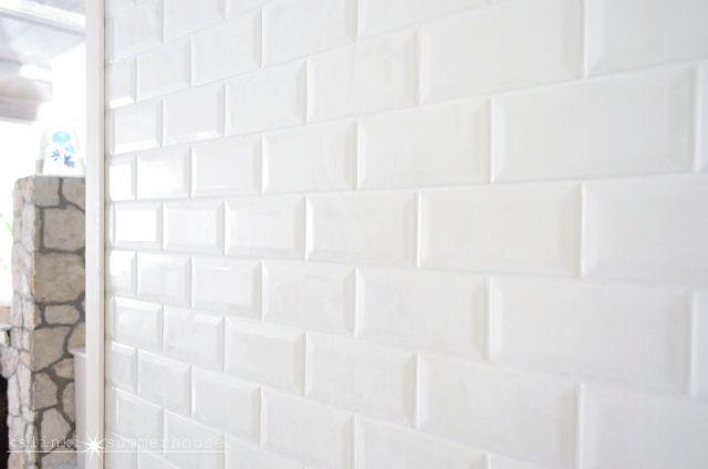 Porównanie płytek kuchennych - białe cegiełki w stylu metro. Na zdjęciu płytka producenta Equipe Ceramicas.