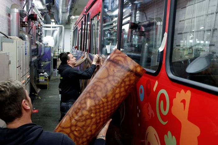 Ratikan teippaus vaatii taitoa ja rahaa, marraskuu 2015 #tram #fully #wrapped #ad #ooh #outdoor #outofhome
