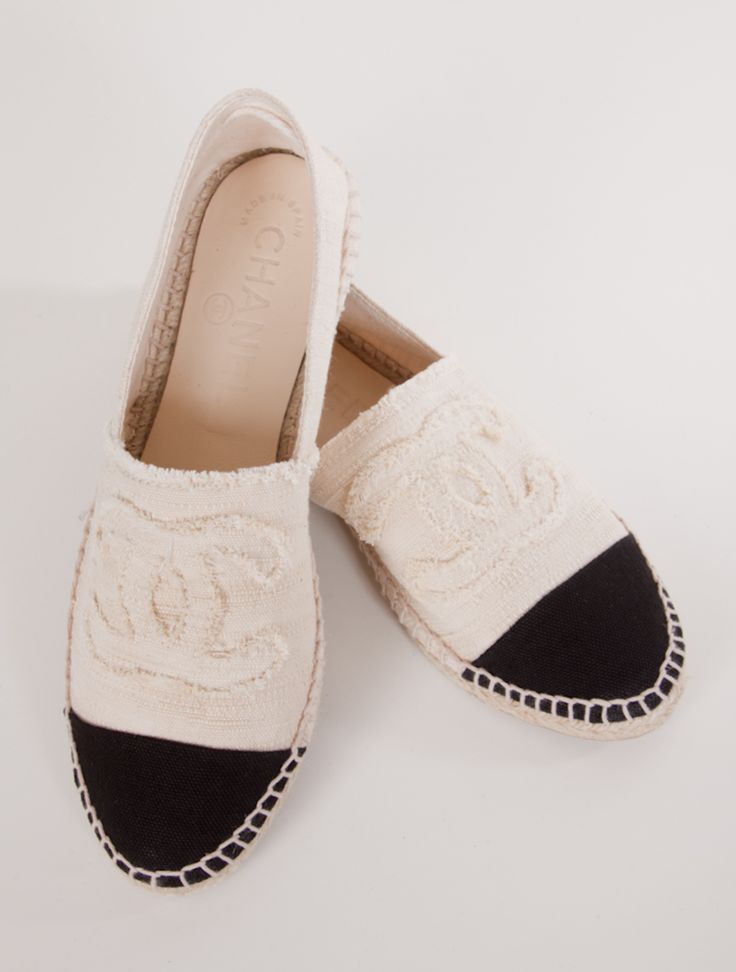 Chanel - zapatos - shoes - blanco y negro http://yourbagyourlife.com/ Love Your Bag.