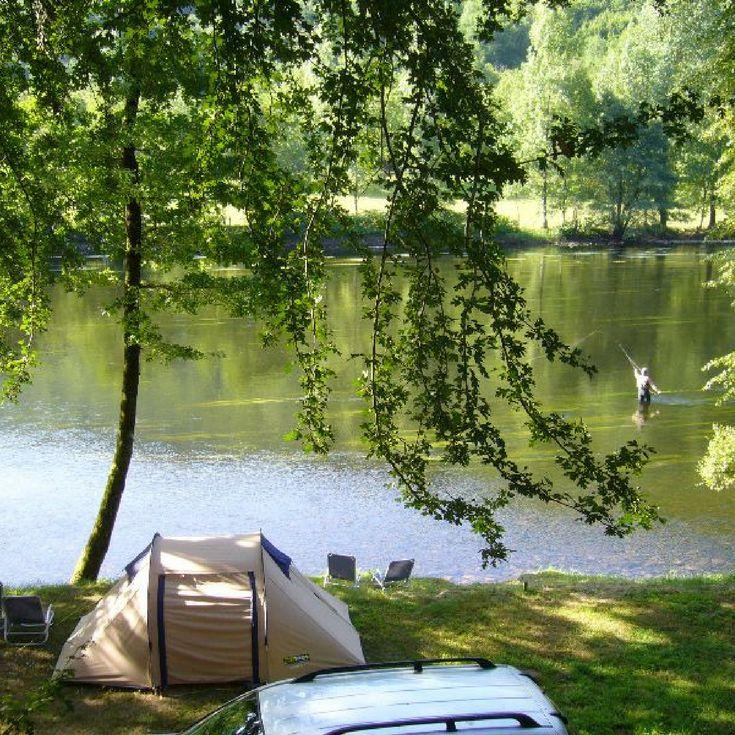 Camping Le Vaurette, Dordogne   De camping is uitgerust met een snackbar, 2 bars met terras (aan de rivier en bij het zwembad) en een winkeltje. Van de 120 kampeerplekken zijn er een aantal direct aan de rivier.