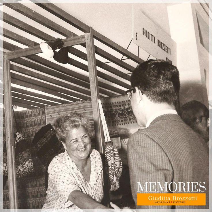 Eleonora Brozzetti in Baldelli Bombelli (figlia di Giuditta) alla XXV Fiera del Levante di Bari [1961] mentre dà il benvenuto ai clienti. Eleonora Brozzetti - Baldelli Bombelli (Giuditta's daughter) at XXV Fiera del Levante in Bari [1961] while greeting customers.