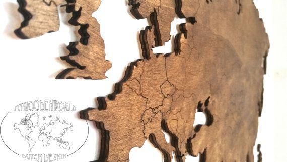 Wereld kaart kunst aan de muur. Mooie houten uitgesneden aan het eind van de wereld kaart muur: kunstwerk in groot detail met inbegrip van landsgrenzen