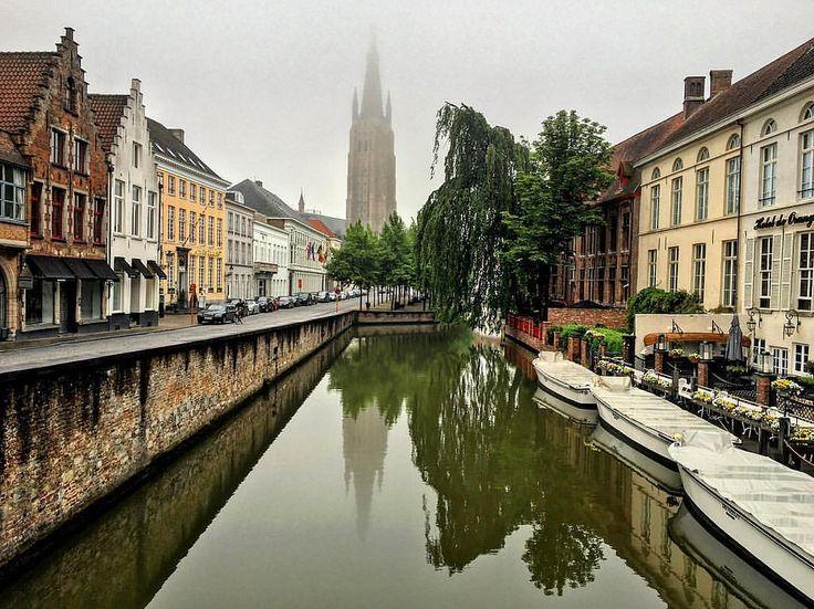 Я люблю, когда в Брюгге туман. Хотя туман это не очень удобно во время экскурсии по городу. Когда говоришь, а та башня... смотришь, а никакой башни там не видно. Очень живописные туманы бывают в Брюгге поздней осенью и зимой. А сегодня с утра был майский