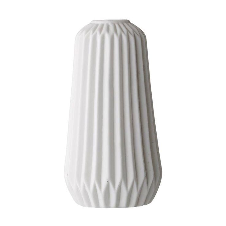 Vase Origami blanc de la maison #Bloomingville (marque de décoration scandinave). Le vase est en céramique et convient aux bouquets ou branchages de 40-50 cm. Un cadeau déco et utile pour une jeune fille qui s'installe dans son premier appartement ;-) #cadeau #crémaillère #wishlist