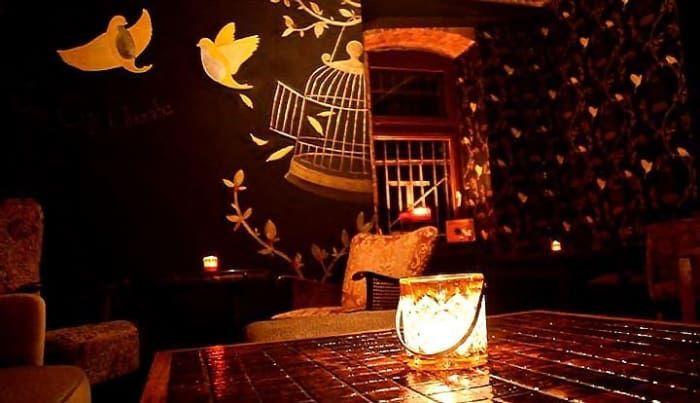 Atalay Aktas, Besitzer eines großartigen Barts und einer großartigen Bar, gewann 2013 den Titel als Deutschlands bester Barkeeper. Klopf an der Tür, spähe hinein und Du wirst verstehen, wie wohlverdient diese Auszeichnung ist. Ähnlich wie bei Rum Trader gibt es hier keine Karte, lediglich eine extrem kreative Truppe von Barkeepern, die aus einer großen Palette von Likören und Spirituosen etwas Unglaubliches für Dich zaubern werden.