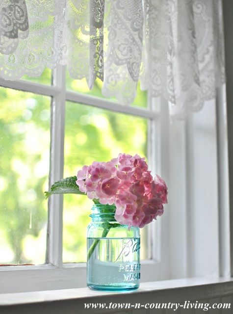 Tips Raambekleding Keuken : Lace Valance in a Farmhouse Kitchen Window, no lace for me but perhaps