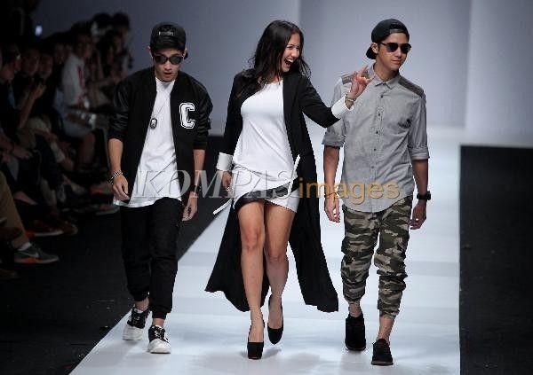 Model memperagakan busana koleksi Pevita Pearce dan Afgan Syahreza dalam Grazia Glitz & Glam Jakarta Fashion Week 2015, di Senayan City, Jakarta, Minggu (2/11/2014). Acara yang berlangsung selama satu pekan ini akan menghadirkan beragam karya busana dari desainer dalam dan luar negeri sebagai referensi tren mode pada 2015