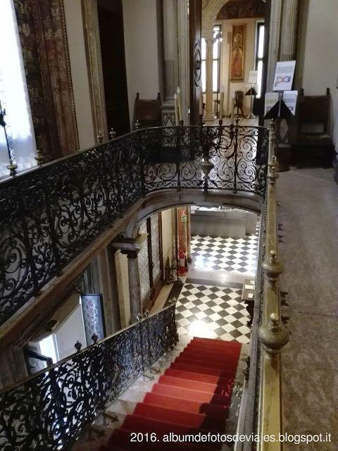 Detalles en el museo Bagatti Valsecchi de Milán: escalera principal de acceso a la parte noble de la casa