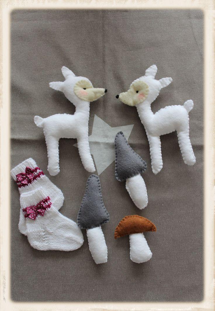 Babysöckchen gestrickt und die Einzelteile für ein Mobile, natürlich auch selbst gemacht