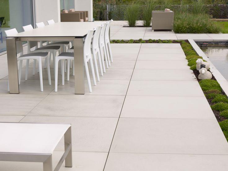 Dallage moderne en béton de chez Stone & Style . Modèle XXL format 1m2 Megasmooth. Une ambiance épurée et moderne sur votre terrasse.