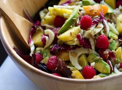 Πράσινη σαλάτα με φρούτα, cranberry, goji berry και μανούρι