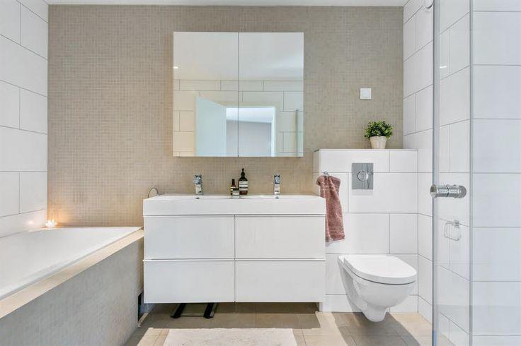 Pent bad/WC  med badekar, dusj, vegghengt WC samt dobbel servant