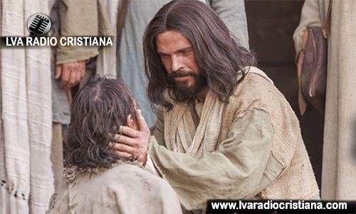 «¡Hijo de David, ten compasión de mí!» Jesús se paró y mandó que se lo trajeran. Cuando estuvo cerca, le preguntó: «¿Qué quieres que haga por ti?» Él dijo: «Señor, que
