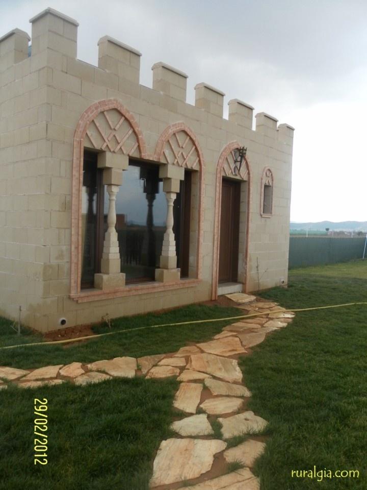 El Robledo - La Alcazaba en el Robledo - La Alcazaba es una vivienda domotizada, con formato medieval y con capacidad para 10 personas. Cuenta con 5 dormitorios, 4 cuartos de baño con columnas de hidromasaje. El Salón-comedor-cocina de aprox...