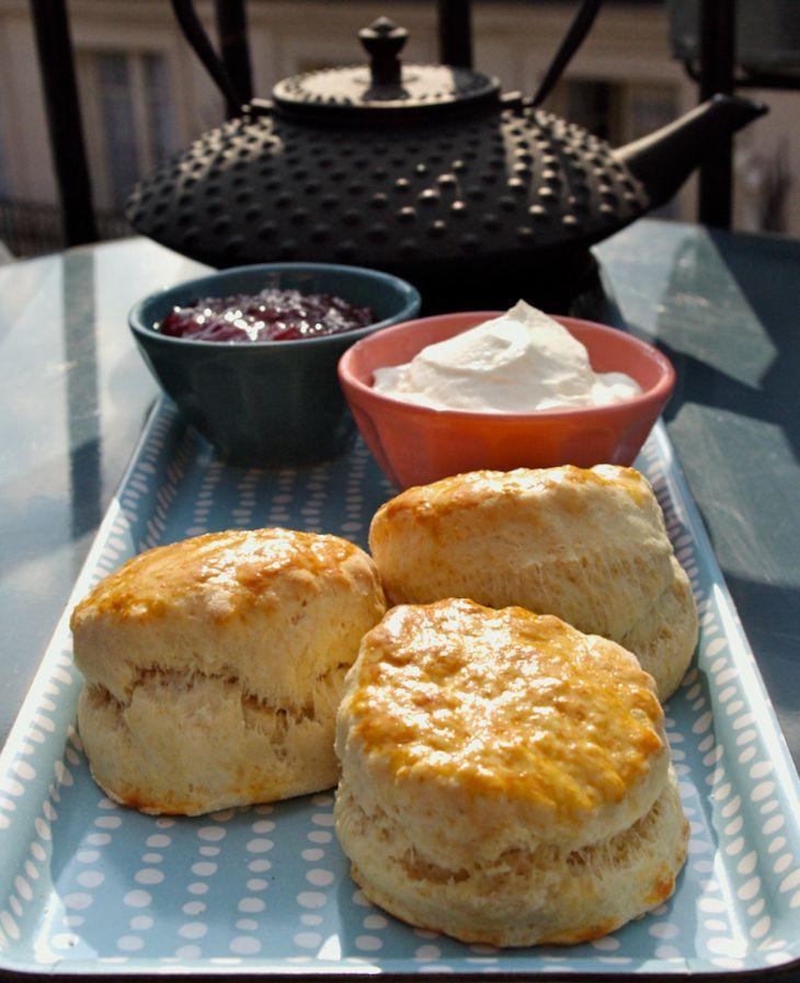 scones anglais thé teatime brunch Pour environ 12 scones - 500g de farine – 50g de sucre – 125g de beurre demi-sel – 30cl de lait demi-écrémé – 2 grosses cuillères à soupe de levure chimique – 1 œuf battu