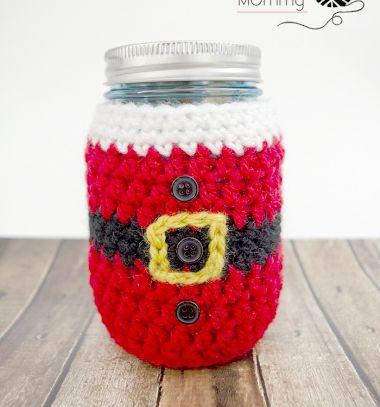 Crochet Santa mason jar cozy (free crochet pattern) // Horgolt befőttesüveg mikulásruha (ingyenes horgolásminta) // Mindy - craft tutorial collection // #crafts #DIY #craftTutorial #tutorial #Upcycling #RecyclingCraft #UpcyclingCraft #MasonJarCraft #Glass