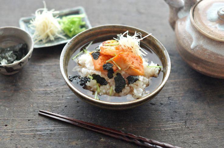 いちばん丁寧な和食レシピサイト、白ごはん.comの『鮭茶漬けの作り方』のレシピページです。美味しいお茶漬けの基本的な紹介も含め、鮭茶漬けの具材や薬味についても詳しく写真付きで紹介しています。昼食や夜食に便利な鮭茶漬け、ぜひお試しください。