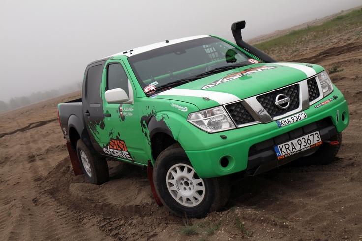 Nissan Navara Green  Zawieszenie: SX Racing x 8szt Felgi: Evo Corse Dakar Opony: BF Goodrich / G1 / G3                        Rozmiar: 245/80R 16  Bezpieczeństwo : Klatka : chrom molibden Ireco  Pasy : Sparco  Fotele: MIRCO System gaśniczy: Sparco  Metromierze : Rally Computer