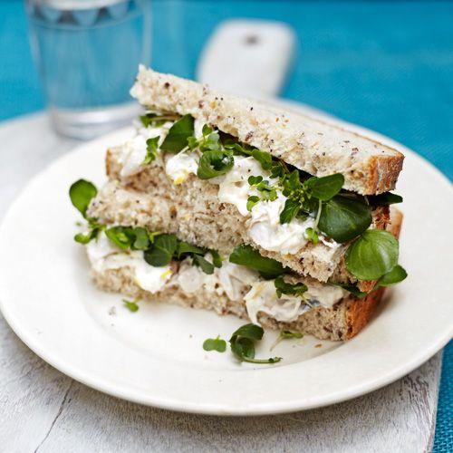 De smaakmaker in deze sandwich is de mierikswortelcreme, die perfect samengaat met de makreel. Eet smakelijk!    1 Breng een kleine pan water aan dekook. Pocheer de makreel 4-6 minuten.Laat afkoelen. Meng de crème fraîchemet...