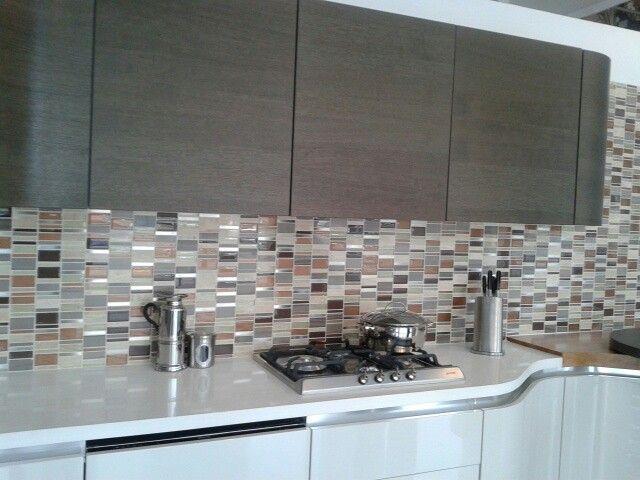 Mosaiquillos como revestimiento de paredes de cocinas modernas curvas.