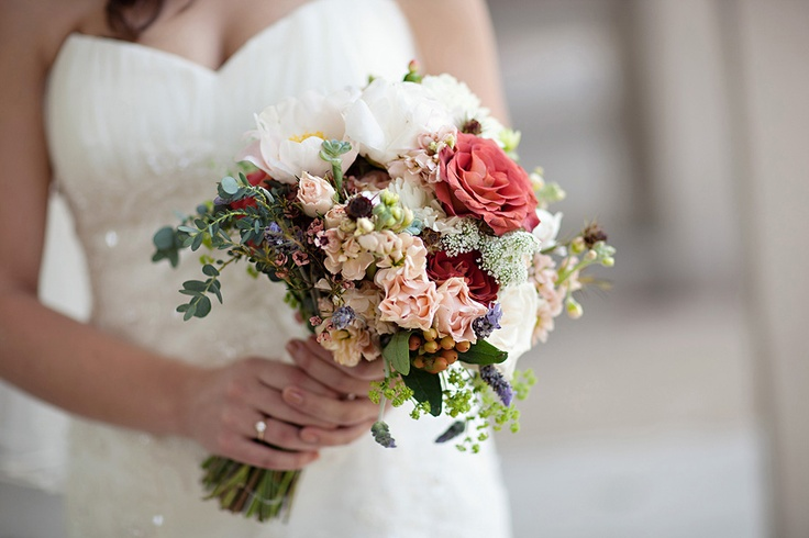 This is such a nice bouquet! To me it looks rustic and the colours are perfect for early spring time or fall!