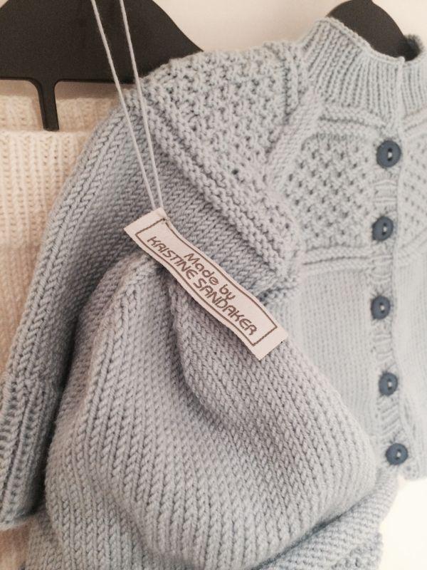 Buksa er strikket ut i fra denne oppskriften. Jakka er inspirert av denne oppskriften, som i utga...
