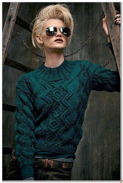 Зелёный пуловер с ромбами и узором из листьев спицами