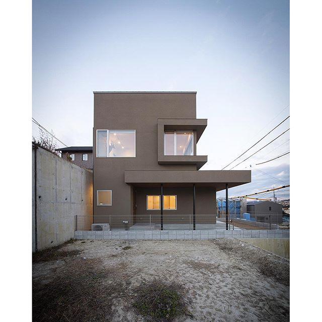 【塩屋No.1ハウス】 アトリエ付き眺望住宅。時間帯で変化して見えるベージュ色の外壁に軒裏のウッド張りがアクセントになっています。 #ldhomes #ラブデザインホームズ ...