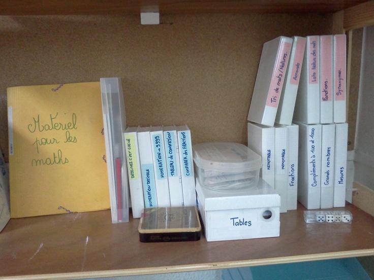 Des boites de cassettes vidéo pour ranger les jeux et les outils pour les maths.