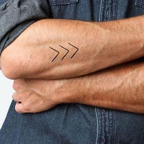 Kleine und einfache Tattoos – Pfeile auf dem Unterarm