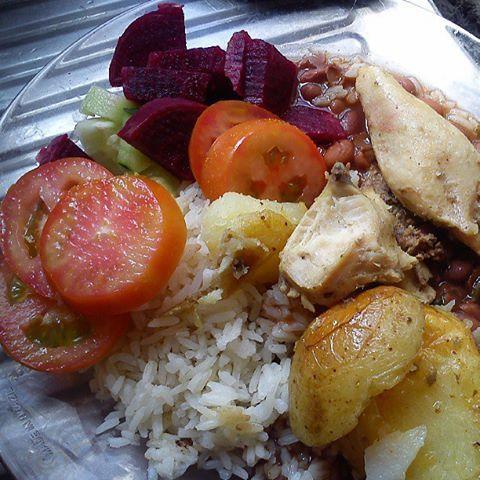 Arroz, feijão, frango assado com batatas, beterraba e tomate.