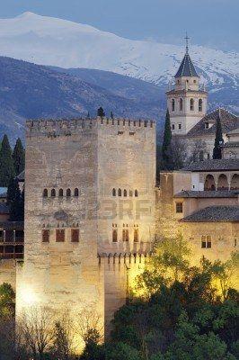 famosa vista de la Alhambra de Granada,  muestra las montañas de Sierra Nevada, Andalucía, España