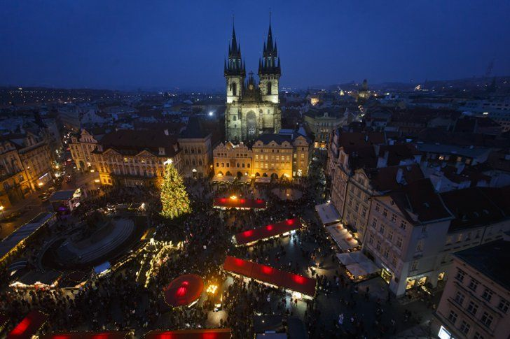 Pin for Later: Frohe Weihnachten! So feiern die Menschen rund um den Globus. Prag Der historische Weihnachtsmarkt im Stadtzentrum von Prag lädt ein.