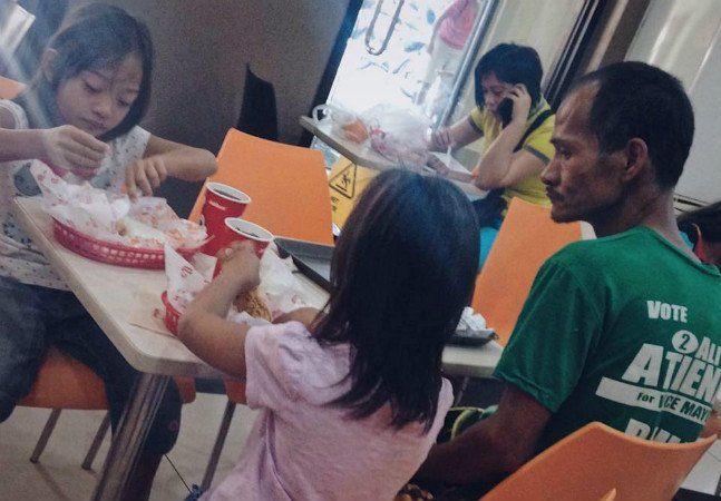 Há algumas semanas, uma fotografia tirada em Manila, nas Filipinas, fez Ryan Arebuabo ser conhecido por pessoas de todo o mundo: a imagem, que mostra o homem de 38 anos observando as filhas comerem numa lanchonete, viralizou por causa da demonstração de amor do pai. E deu início a uma corrente de ajuda. A história por trás da fotografia foi revelada pela ABS-CBN. Ryan levou as duas filhas, Rose Ann, de 8 anos, e Rose May, de 6, para comemorar a formatura da caçula no jardim de infância. Sem…