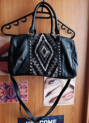Kupuj mé předměty na #vinted http://www.vinted.cz/damske-tasky-a-batohy/kabelky/14357443-stredni-cerna-kabelka-se-zajimavym-vzorem-d