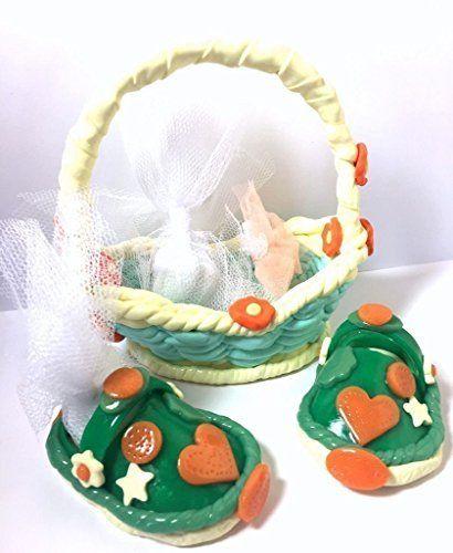 Handmade/Decoración hecha a mano de la tabla personalizable para bautismo, cumpleaños, babyshower, boda, compromiso / trenzado canasta, canasta y 1 par de crocs surtidos: marca lugar y regalo personalizado guest