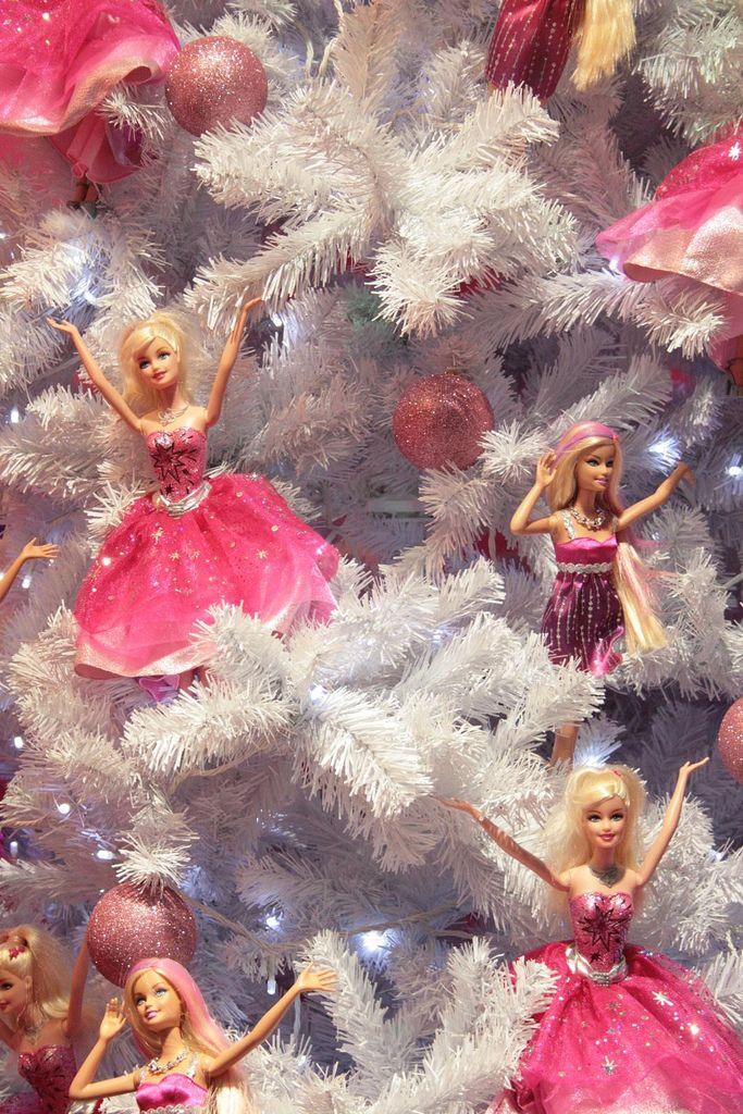 Barbie Christmas tree!  YESSSSSSSS, I am soooooo putting cute barbies on my tree this year!!! :)